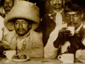 Zapatistas Desayunando en Sanborn's Azulejos  di Agustin V. Casasola