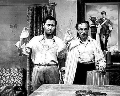 """Alberto Sordi e Eduardo De Filippo in un fotogramma del film """"Tutti a casa"""" (regia di Luigi Comencini, 1960)"""