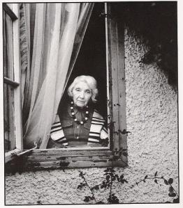 Jean Rhys nel 1975; foto di Bill Brandt.