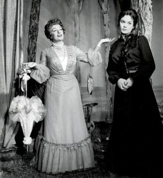 """Il gabbiano, regia di Mario Ferrero. Debutto al """"Teatro della Cometa"""" di Roma, 14 gennaio 1960.  Valeria Moriconi interpreta Maša."""