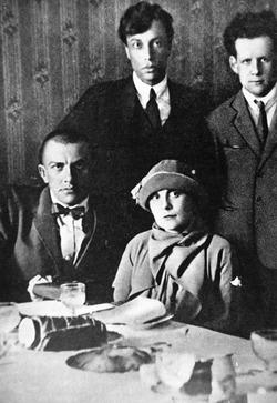 Vladimir Majakovskij, Lili Brik e, dietro di loro, in piedi, Boris Pasternak e Sergej Eizenstein